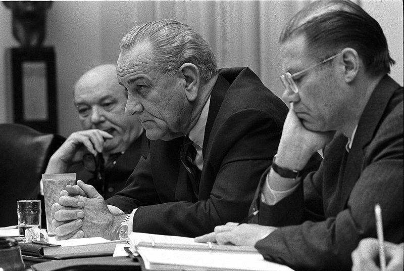 Dean Rusk, Lyndon Johnson i Robert McNamara w 1968 roku. Źródło: Wikimedia Commons, domena publiczna.