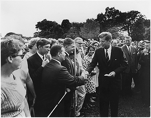Kennedy_greeting_Peace_Corps_volunteers,_1961