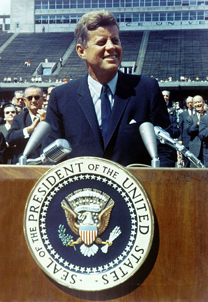 413px-John_F._Kennedy_speaks_at_Rice_University (1)