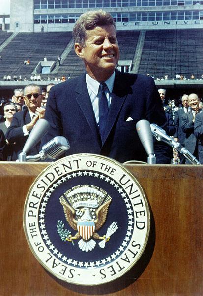413px-John_F._Kennedy_speaks_at_Rice_University (1)