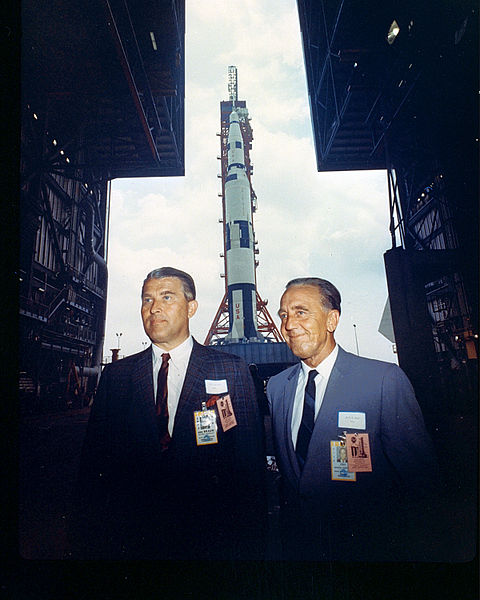480px-Saturn_500F_Rollout_Attendees_-_GPN-2000-000616