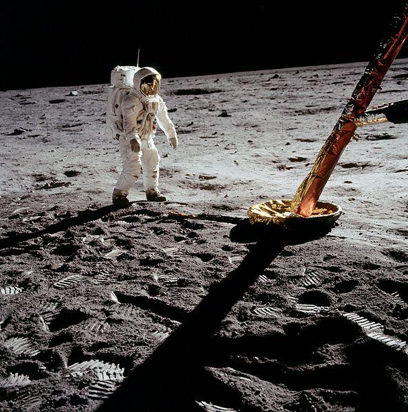 593px-Aldrin_near_Module_leg
