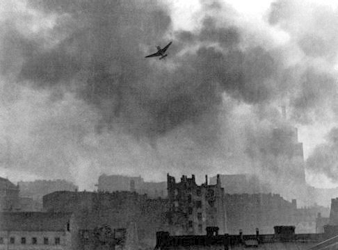 Warsaw_Uprising_stuka_ju-87_bombing_Old_Town