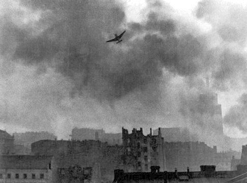 Warsaw_Uprising_stuka_ju-87_bombing_Old_Town