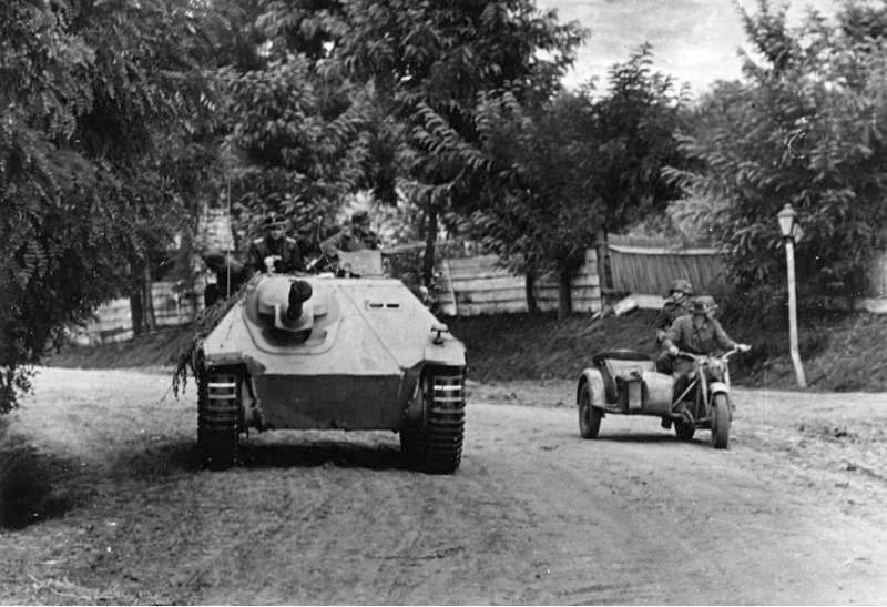 Bundesarchiv_Bild_101I-715-0213A-25,_Ungarn,_Jagdpanzer_-Hetzer-