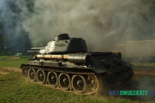 T-34\85 w akcji podczas imprezy rekonstrukcyjnej w Żukowie. fot. Michał Szafran, odwaszegofotokorespondenta.blogspot.com