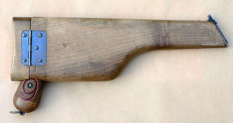 …która pełniła funkcję kabury, umożliwiającej przenoszenie broni. Źródło zdjęć pistoletu Mauser C96: Wikimedia Commons, licencja CC BY-SA 3.0
