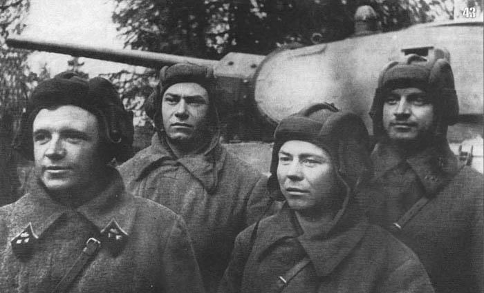 Radzieccy czołgiści w hełmofonach. Źródło: Wikimedia Commons, domena publiczna.