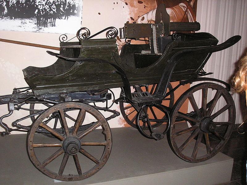 Rekonstrukcja taczanki z karabinem maszynowym Maxim wz. 1910 w muzeum w Hulaj-polu na Ukrainie. Źródło: Wikimedia Commons, licencja: CC BY-SA 3.0