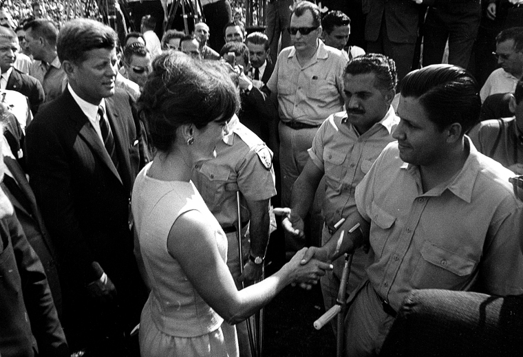 Miami, grudzień 1962 roku. Prezydent Kennedy wraz z małżonką wita członków Brygady 2506. Źródło: Wikimedia Commons, domena publiczna.