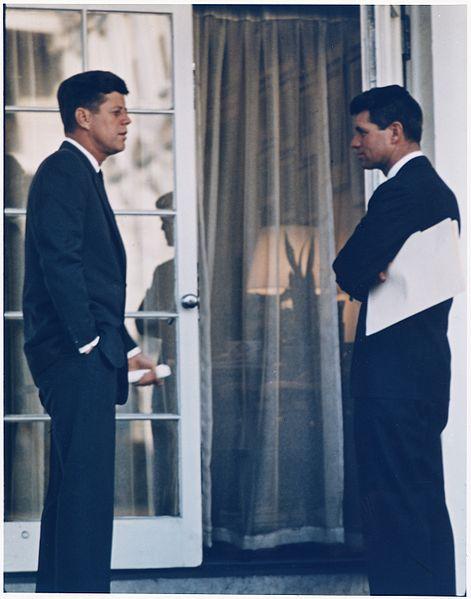 Prezydent USA John F. Kennedy i jego brat, prokurator generalny Robert F. Kennedy. Źródło: Wikimedia Commons, domena publiczna