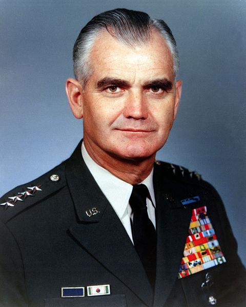 Generał William C. Westmoreland, dowódca wojsk amerykańskich w Wietnamie do 1968 roku, szef Połączonych Sztabów Sił Zbrojnych USA w latach 1968-1972. Źródło: United States Defense Visual Information Center, domena publiczna.