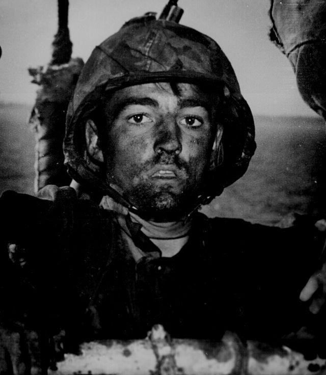 Żołnierz piechoty morskiej po trwających nieprzerwanie przez dwa dni walkach na Eniwetok podczas wojny na Pacyfiku. Marzec 1944. Źródło: US Departement of Defense, domena publiczna.