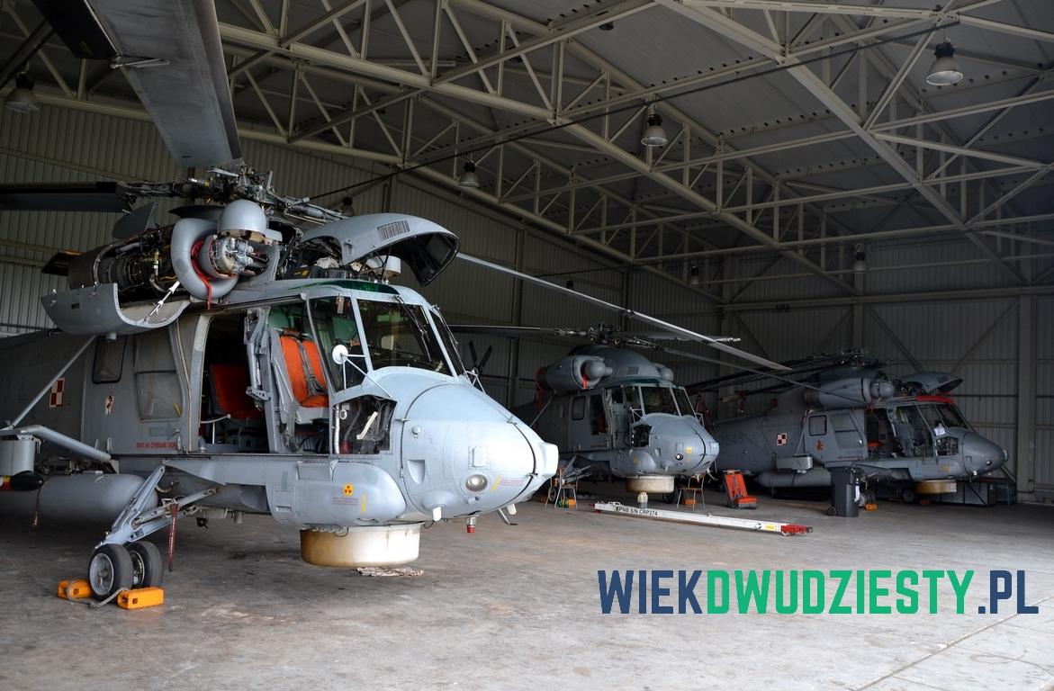 Śmigłowce pokładowe Kaman SH-2G w hangarze. Fot. Michał Szafran, odwaszegofotokorespondenta.blogspot.com
