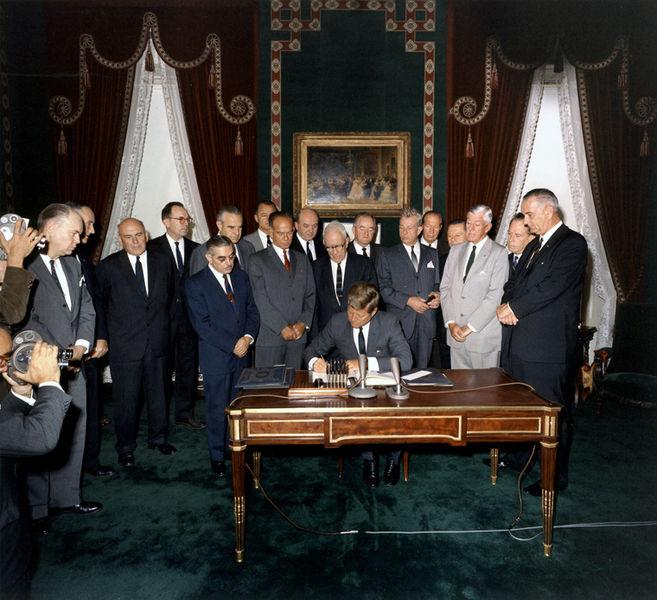 Podpisanie Układu Moskiewskiego. Źródło: Wikimedia Commons, domena publiczna.