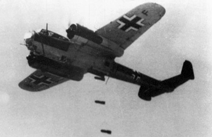 Bombowiec Do 17Z z jednostki Kampfgeschwader 76 podczas zrzutu bomb w 1940 roku. Źródło: Wikimedia Commons, domena publiczna.