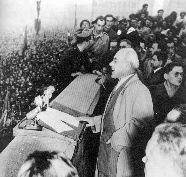 Władysław Gomułka podczas przemówienia na pl. Defilad 24 października 1956 r. Źródło: Wikimedia Commons, domena publiczna.