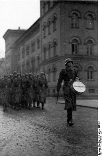 Ćwiczenia LSSAH w koszarach w Berlinie, 1943. Źródło: Bundesarchiv, Bild 101III-Weyer-003-22A / Weyer / CC-BY-SA