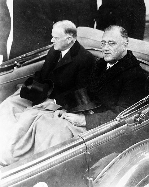 Franklin Delano Roosevelt i Herbert Hoove w drodze na Kapitol, gdzie miała odbyć się inauguracja Roosevelta. 4 marzec 1933. Źródło: Biblioteka Kongresu Stanów Zjednoczonych, domena publiczna.