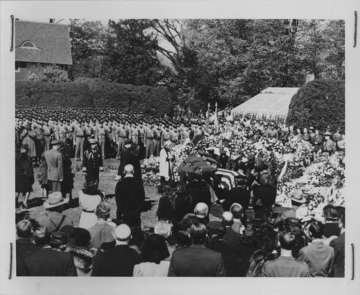 Pogrzeb ranklina Delano Roosevelta w rodzinnej posiadłości Hyde Park. Źródło: National Archives and Records Administration, domena publiczna.