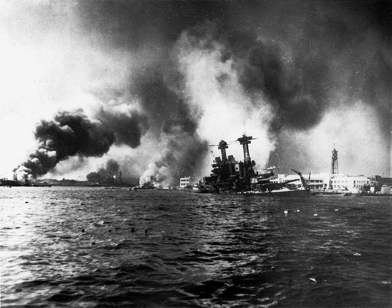 USS California tonie w wyniku uszkodzeń odniesionych podczas ataku Japończyków na Pearl Harbor. Źródło: U.S. Navy National Museum of Naval Aviation, domena publiczna.