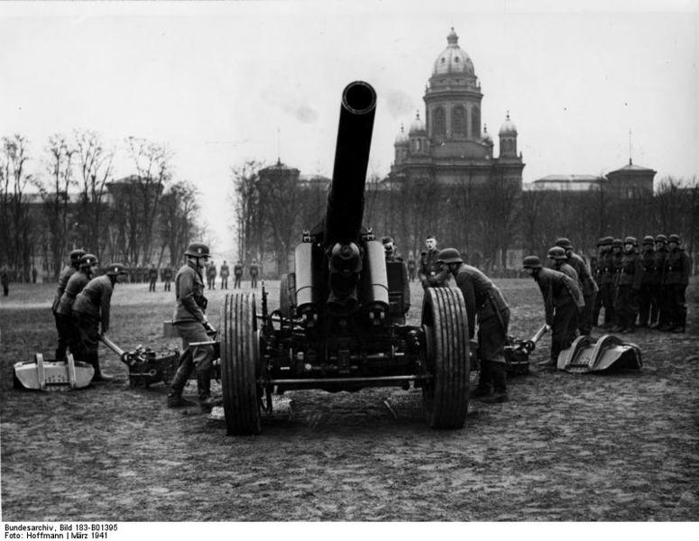 Szkolenie artyleryjskie w koszarach LSSAH w Berlinie, 1941. Źródło: Bundesarchiv, Bild 183-B01395 / CC-BY-SA
