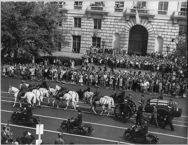 Pogrzeb Franklina Delano Roosevelta, 14 kwietnia 1945. Źródło: Biblioteka Kongresu Stanów Zjednoczonych, domena publiczna.