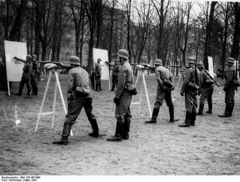 Szkolenie strzeleckie żołnierzy LSSAH. Berlin, 1941. Źródło: Bundesarchiv, Bild 183-B01400 / CC-BY-SA