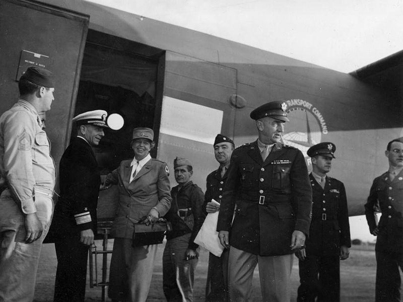 Eleanor Roosevelt odwiedza żołnierzy amerykańskich w Australii, 1942. Źródło: Item is held by John Oxley Library, State Library of Queensland, domena publiczna.