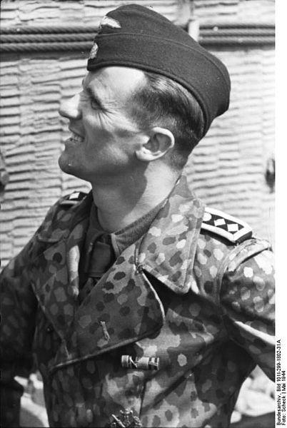 Hauptscharführer z LSSAH we Francji, maj 1944. Źródło: Bundesarchiv, Bild 101I-299-1802-31A / Scheck / CC-BY-SA