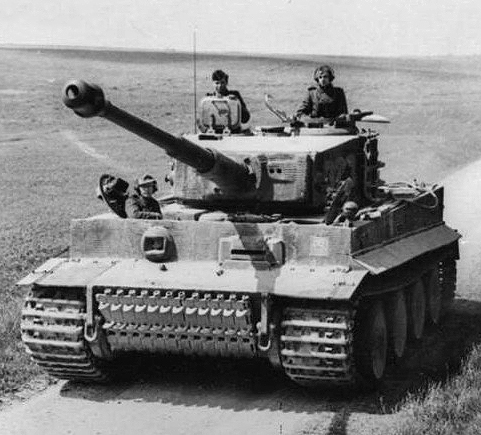 "Czołg Pz.kpfw. VI ""Tiger"" z LSSAH, północna Francja, 21 marzec 1944. Źródło: Bundesarchiv, Bild 101I-299-1805-16 / Scheck / CC-BY-SA"