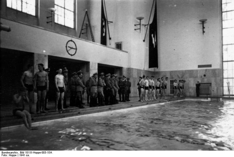 Basen w koszarach LSSAH w Berlinie, 1941. Źródło: Bundesarchiv, Bild 101III-Hoppe-003-15A / Hoppe / CC-BY-SA