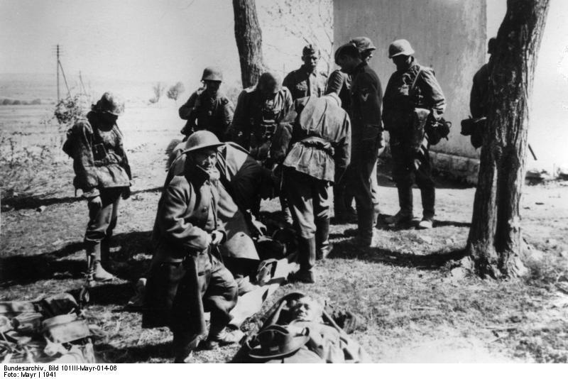 Grecja. Żołnierze LSSAH i jeńcy brytyjscy. Źródło: Bundesarchiv, Bild 101III-Mayr-014-06 / Mayr / CC-BY-SA