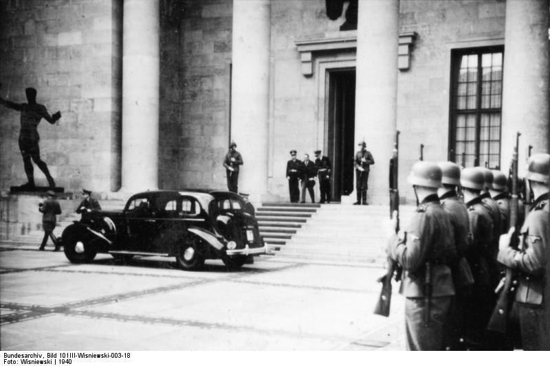 LSSAH przed Nową Kancelarią Rzeszy w Berlinie, 1940. Źródło: Bundesarchiv, Bild 101III-Wisniewski-003-18 / Wisniewski / CC-BY-SA