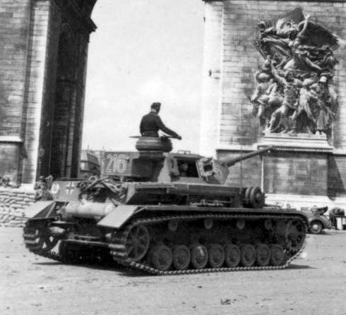Czołg Pz.Kpfw. IV z LSSAH pod Łukiem Triumfalnym w Paryżu, lipiec 1942. Źródło: Bundesarchiv, Bild 101III-Zschaeckel-170-20 / Zschäckel, Friedrich / CC-BY-SA