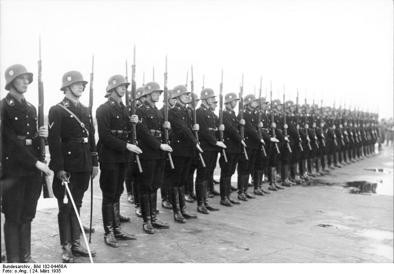 Warta honorowa Leibstandarte na lotnisku Berlin-Tempfelhof, 24.3.1935. Źródło: Bundesarchiv, Bild 102-04458A / CC-BY-SA