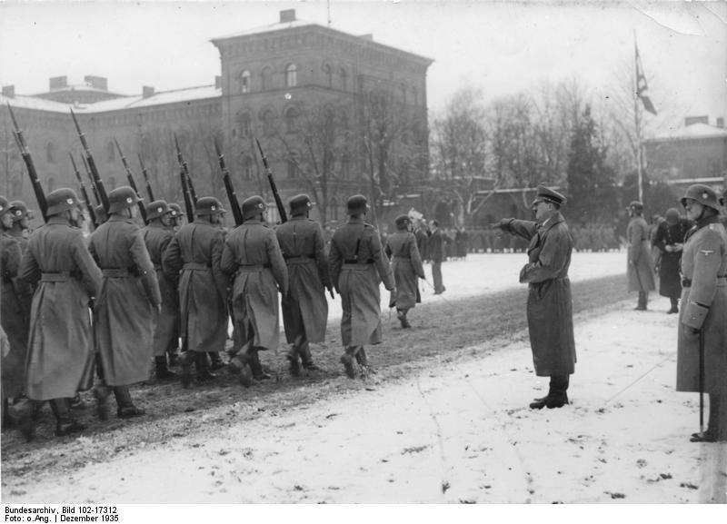 Adolf Hitler i oddział Leibstandarte, 1935. Źródło: Bundesarchiv, Bild 102-17312 / CC-BY-SA
