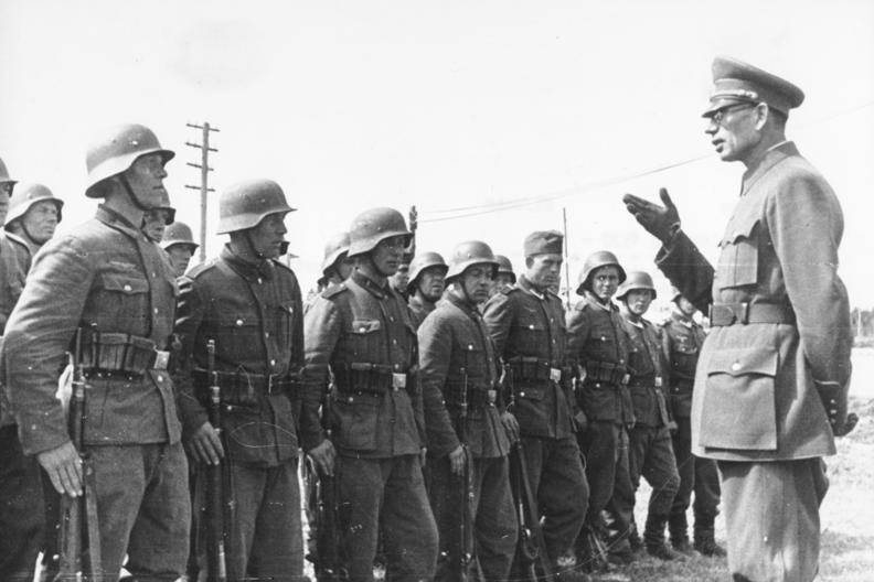 Gen. Własow z żołnierzami ROA. Źródło: Bundesarchiv, Bild 183-N0301-503 / CC-BY-SA