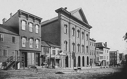 Teatr Forda w 1865 roku. Autor: Mathew Brady. Źródło: National Archives and Records Administration, domena publiczna.