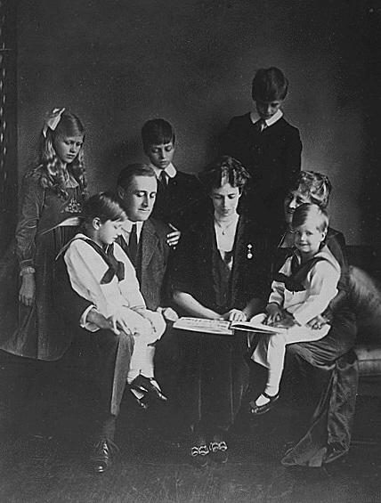 FDR wraz z żoną i dziećmi w roku 1919. Źródło: Wikimedia Commons, domena publiczna.