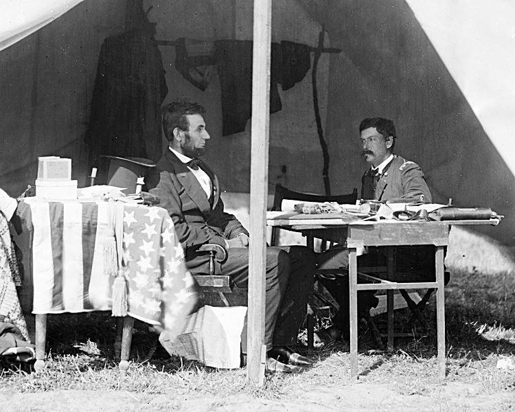 Abraham Lincoln i generał George McClellan nad Antietam. Źródło: Biblioteka Kongresu Stanów Zjednoczonych, domena publiczna.
