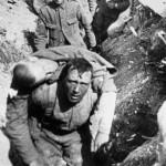Brytyjski żołnierz niesie rannego kolegę. Zmarł on 30 minut później.