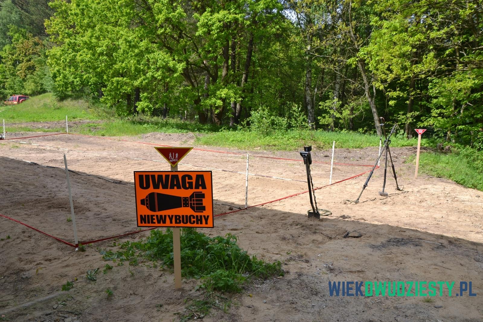 Pole, na którym można wyszukiwać ćwiczebne miny za pomocą sprzętu stosowanego przez saperów. Muzeum Saperskie Explosive, fot. Michał Szafran, odwaszegofotokorespondenta.blogspot.com