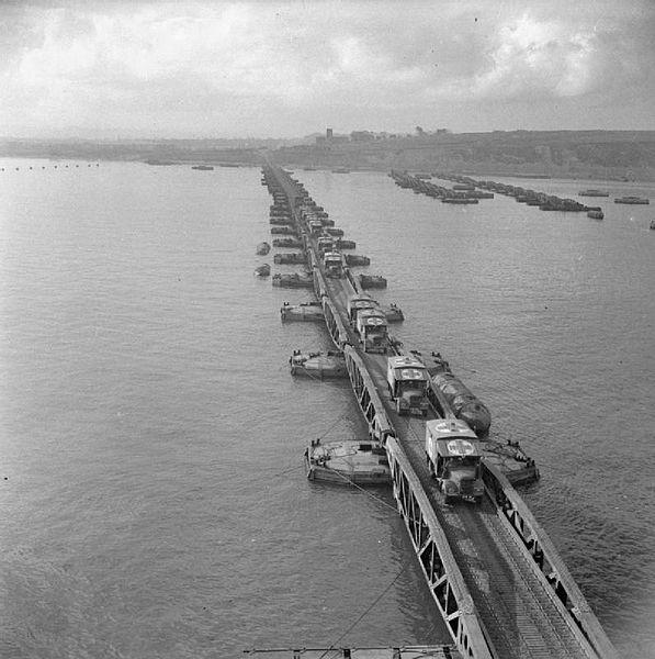 Pojazdy sanitarne zjeżdżają ze sztucznego portu Mulberry, czerwiec 1944 roku. Źródło: Imperial War Museum, domena publiczna.