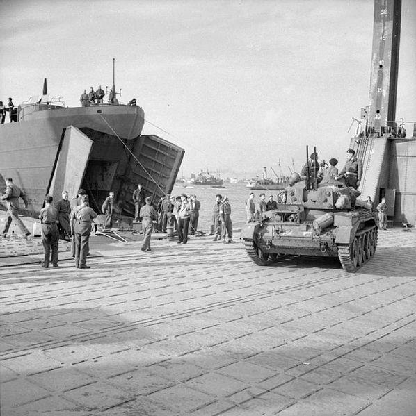 Wyładunek czołgu z LST bezpośrednio na nabrzeże Mulberry. Źródło: Imperia War Museum, domena publiczna.