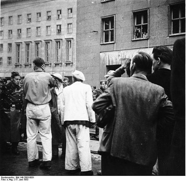 Berlińscy robotnicy w trakcie protestów 17 czerwca 1953 roku. Źródło: Bundesarchiv, Bild 146-2003-0031, licencja: CC-BY-SA