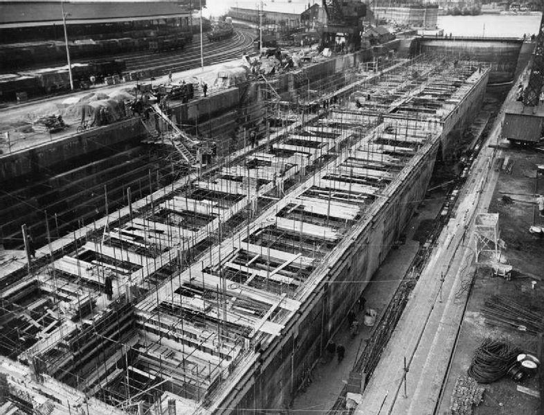 """Produkcja elementów """"Phoenix"""" w Weymouth, kwiecień 1944. Źródło: imperial War Museum, domena publiczna."""