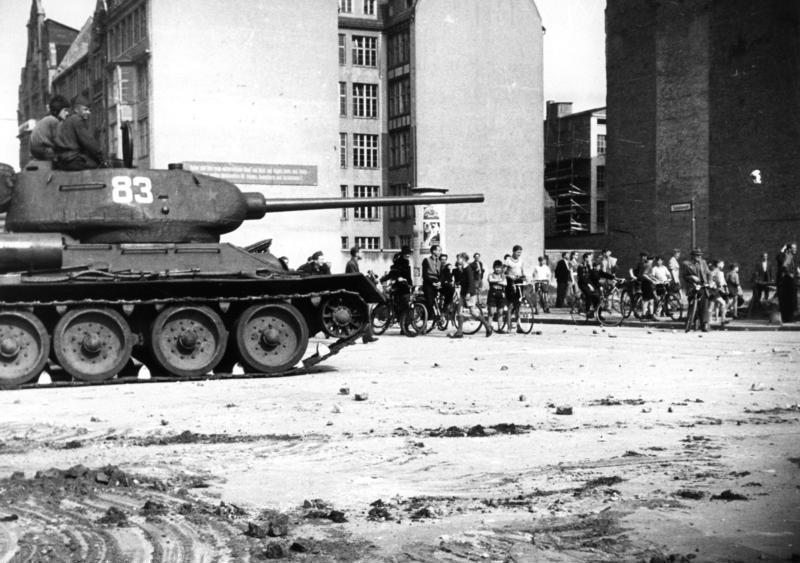 T-34-85 w Berlinie, 17 czerwca 1953. Źródło: Bundesarchiv B 145 Bild-F005191-0040, licencja: CC BY-SA 3.0 de