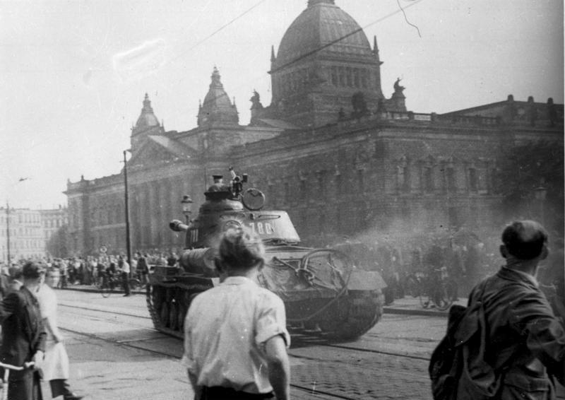 Radziecki czołg w Lipsku, 17 czerwca 1945. Źródło: Bundesarchiv, B 285 Bild-14676 / CC-BY-SA 3.0
