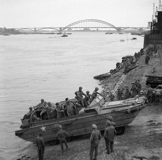 Pojazd amfibijny DUKW podczas przeprawy przez rzekę. Źródło: Imperial War Museum, domena publiczna.